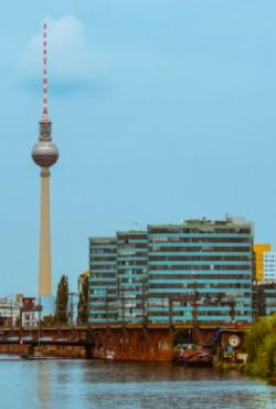 Ikonisk Berlinbillede med TV-tårnet, flod og bygninger, alt sammen i blå farver
