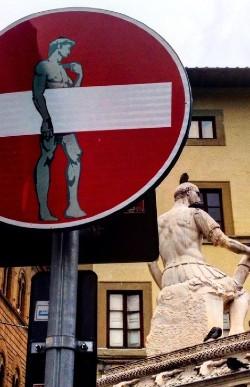 Højformat skilt og statue